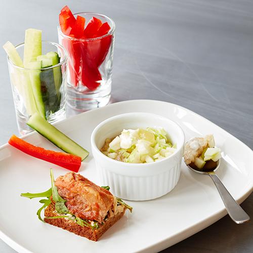 Havregrynsgröt med äpple och smörgås med makrill i tomatsås