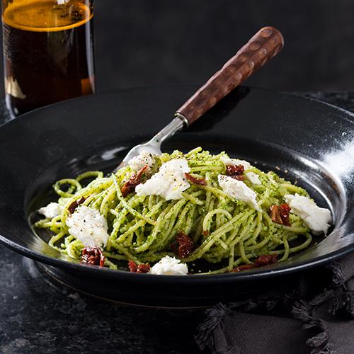 Spagetti med ruccola- och örtpesto