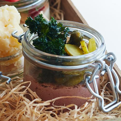 Kycklingleverpastej med picklad lök och friterad grönkål