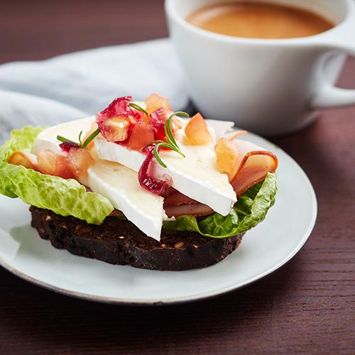Smörgås med brie, äppelchutney och kalkonskinka