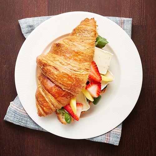 Croissant med brie, mango och jordgubbar
