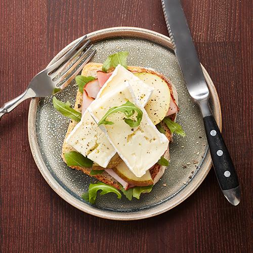 Surdegsbröd med brie, skinka och päron