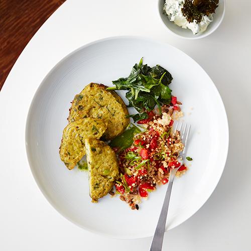 Broccolibiffar med grönkålstzatziki och couscoussallad