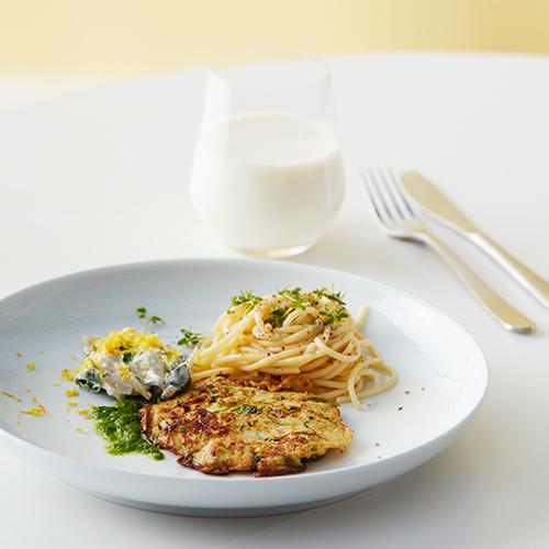 Zucchinibiffar med yoghurtsås med karamelliserad lök