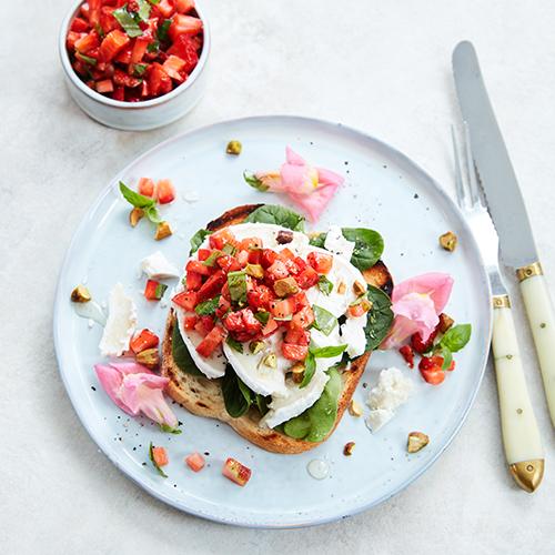 Chèvremacka med jordgubbsalsa