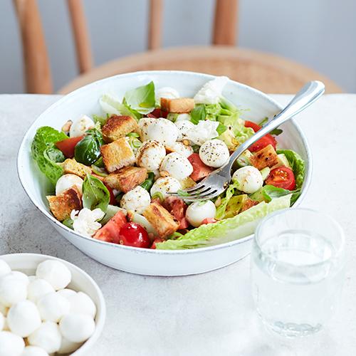 Sommarsallad med tomater, avokado och mozzarella