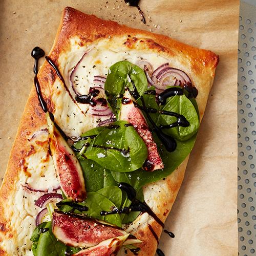 Tarte Flambée med spenat, rödlök och fikon