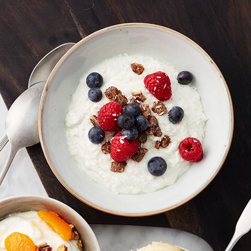 Vaniljyoghurt med bär och dadlar