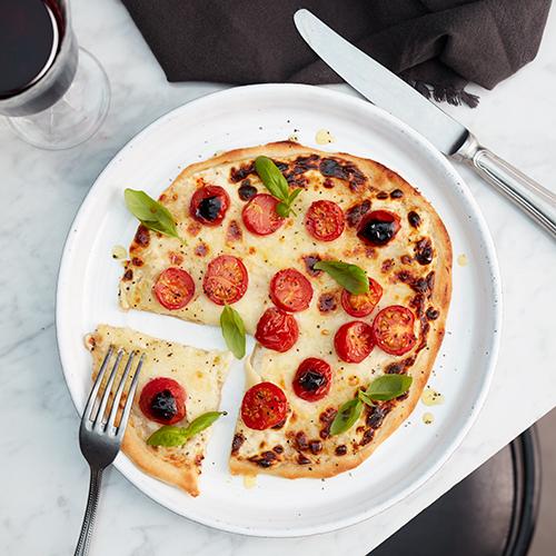Tarte Flambée med mozzarella och tomater