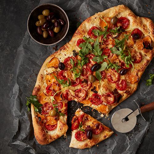 Pizza Bianco med sötpotatis, oliver och tomater